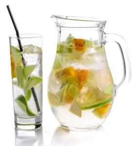 Wasserglas und Glasflasche