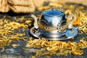 Teekanne und Kräuter