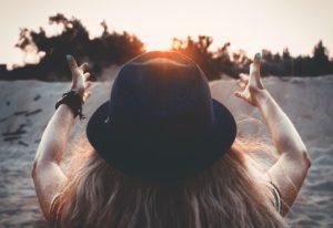 Blondes Mädchen mit Hut