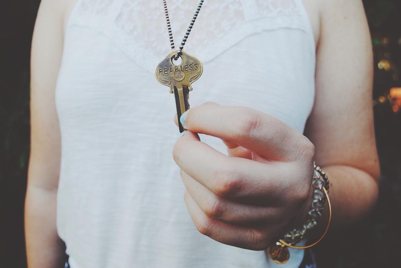 Schlüssel in der Hand halten