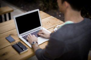 Am Laptop schreiben